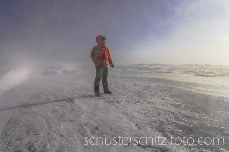Selbstportrait per Fernauslöser.  Die sibirische Kälte wird normalerweise aufgrund der niedrigen Luftfeuchtigkeit als weniger unangenehm empfunden als beispielsweise in Mitteleuropa. Wenn sich aber zu eisigen Temperaturen auch noch starker Wind dazugesellt kann es auch für kälteunempfindliche Naturen sehr schnell ziemlich ungemütlich werden. -30 Grad Celsius können sich dann aufgrund des Wind Chill-Effekts schnell wie -50 Grad anfühlen.