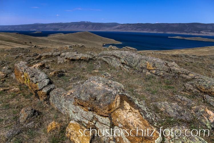 Viel ist heute nicht bekannt über die Kurykanen, ein nomadisches, turksprachiges Volk das zwischen dem 6. und 11. Jahrhundert am Baikalsee gelebt hat.  Man weis, dass sie Akerbau und Viehzucht betrieben, sonst gilt ihre Kultur als sehr sagenumwoben. Spuren der Kurykanen findet man aber heute noch, besonders auf der Insel Olchon.