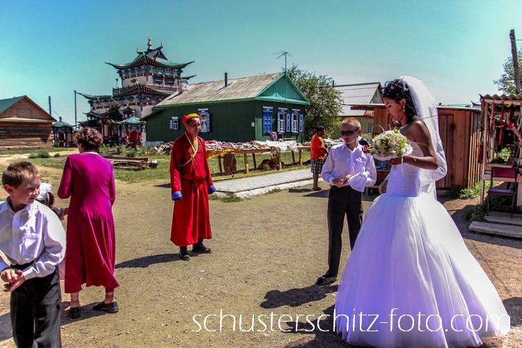 Die Baikalregion ist nicht nur landschaftlich sondern auch ethnisch und kulturell äußerst vielfältig. Russen, Burjaten, Ukrainer, Tataren, Sojoten, Ewenken und auch Russlanddeutsche leben hier schon lange friedlich zusammen.  Die Burjaten sind mit etwa 600.000 Angehörigen die größte ethnische Minderheit, nicht nur am Baikal sondern in ganz Sibirien. Sie stammen ursprünglich aus der Mongolei und waren einst Nomaden, die in Jurten lebten und mit ihrem Vieh durch die Steppe zogen. Ihre Religion ist vorwiegend der tibetische Buddhismus sowie der Schamanismus.