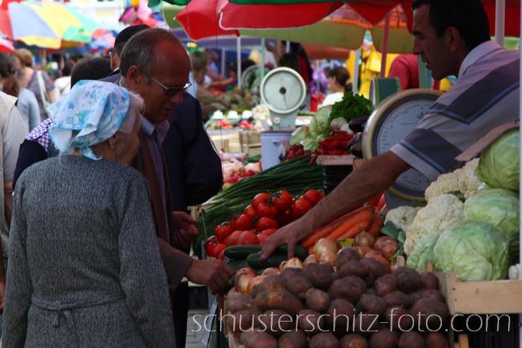 Einer meiner Lieblingsorte in Irkutsk ist der Zentralmarkt. Hier wird jeden Tag im Freien gehandelt, auch im Winter bei -35 Grad. Im Sommer verkaufen Babuschkas allerlei Köstlichkeiten aus dem Garten ihrer Datscha und vorallem gibt es äußerst schmackhaftes Obst und Gemüse aus Zentralasien zu erstehen. Besonders erwähnt seien in diesem Zusammenhang Wassermelonen aus Taschkent, deren Geschmack weitaus aromatischer ist als der ihres Pendants im fernen Europa.