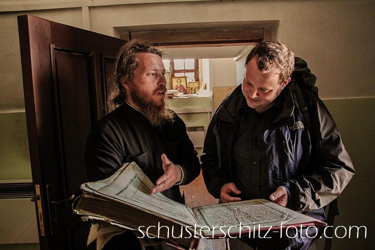 Ein orthodoxer Priester aus einem Dorf etwa 400 Kilometer nördlich von Irkutsk präsentiert einem Besucher aus Deutschland seine Schätze.
