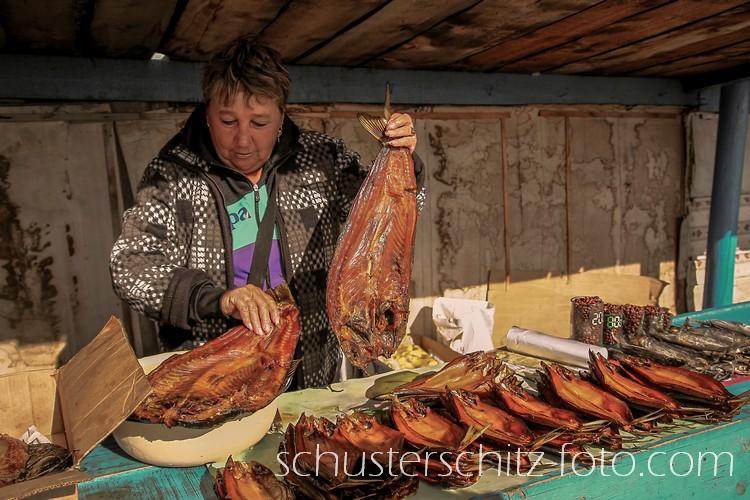 Eine Verkäuferin am Markt in dem Fischerdorf Ust-Bargusin am Ostufer des Baikalsees.